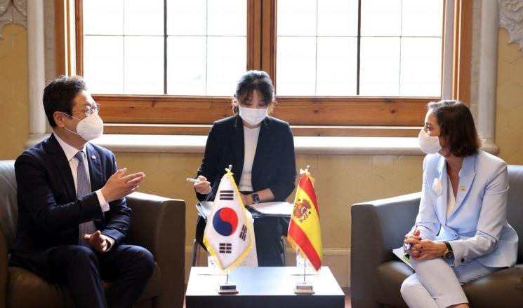 황희 문화체육관광부 장관이 17일 스페인 바르셀로나 산파우 병원에서 마리아 레예스 마로토 스페인 산업통상관광부 장관과 양자회담을 하고 있다.