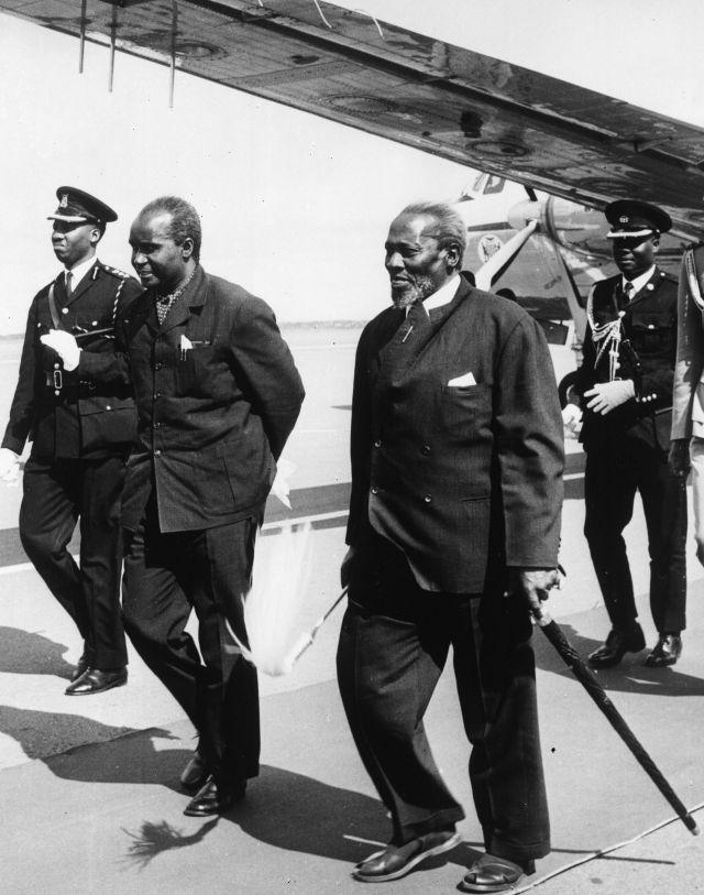 1969년 2월 21일 잠비아의 케네스 카운다 대통령(왼쪽 두번째)이 케냐를 방문한 자리에서 조모 케냐타 대통령과 함께 걸어가고 있다. [이미지출처=AP연합뉴스]