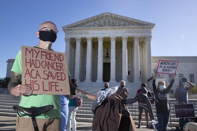 오바마케어로 불리는 전국민건강보험법(ACA)의 지지자들이 2020년 11월 10일 연방대법원 앞에서 지지 시위를 벌이고 있다. [이미지출처=EPA연합뉴스]