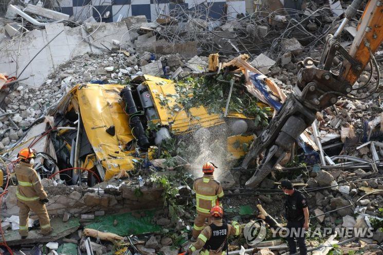 지난 9일 오후 광주 동구 학동의 한 철거 작업 중이던 건물이 붕괴, 도로 위로 건물 잔해가 쏟아져 시내버스 등이 매몰됐다. 사진은 사고 현장에서 119 구조대원들이 구조 작업을 펼치는 모습.