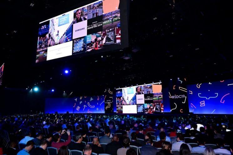삼성전자가 2019년 미국 캘리포니아주 새너제이 컨벤션 센터에서 개최한 '삼성 개발자 콘퍼런스(SDC)'에서 참석자들이 행사를 지켜보고 있다.[사진제공=삼성전자]