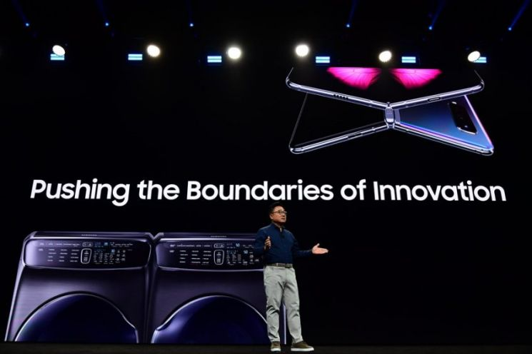 삼성전자 IM부문장 고동진 사장이 2019년 미국 캘리포니아주 새너제이 컨벤션 센터에서 열린 '삼성 개발자 콘퍼런스(SDC)'에서 기조 연설을 하고 있다.[사진제공=삼성전자]