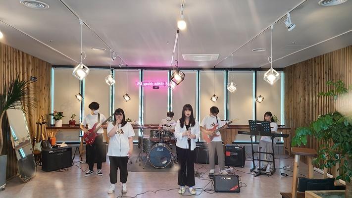 밴드 동아리 'SAVE'가 공연을 하고 있다. (사진=장흥군 제공)