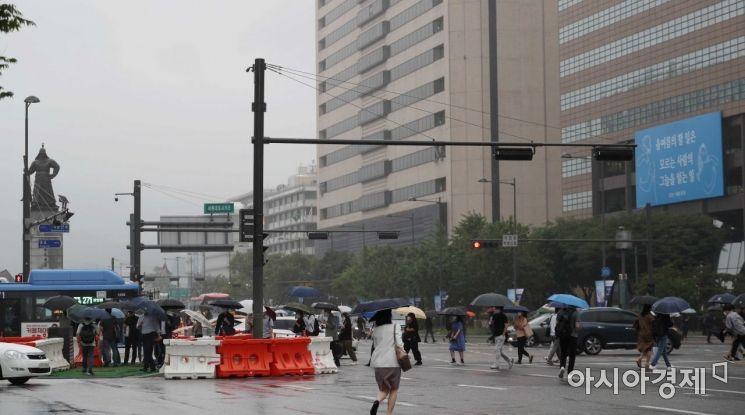 [포토]빗속 광화문 출근하는 시민들