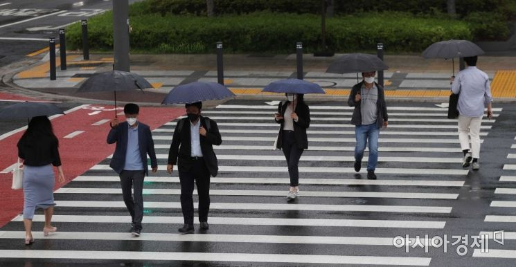 전국에 비가 내린 18일 서울 시청역 인근 횡단보도에서 우산을 쓴 시민들이 출근길 발걸음을 재촉하고 있다. /문호남 기자 munonam@