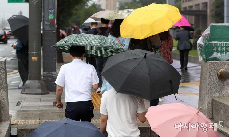 전국에 비가 내린 18일 서울 시청역 인근에서 우산을 쓴 시민들이 출근길 발걸음을 재촉하고 있다. /문호남 기자 munonam@