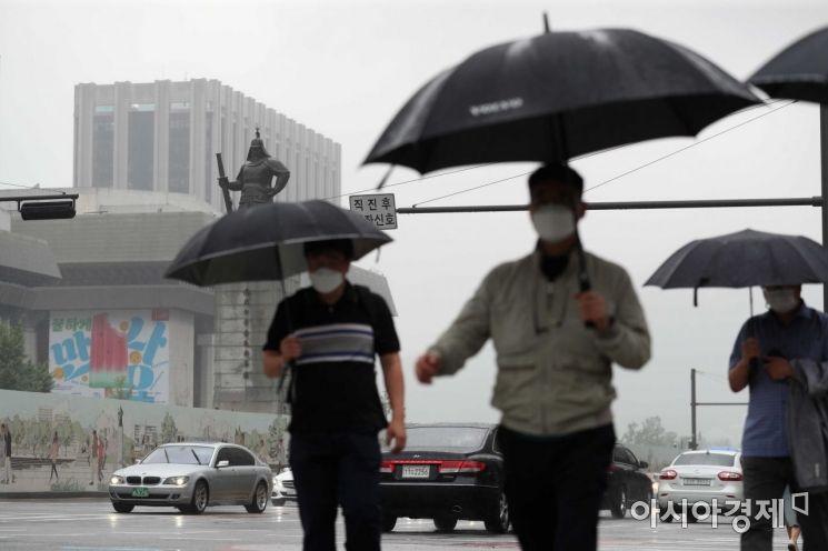전국에 비가 내린 18일 서울 광화문 사거리에서 우산을 쓴 시민들이 출근길 발걸음을 재촉하고 있다. /문호남 기자 munonam@