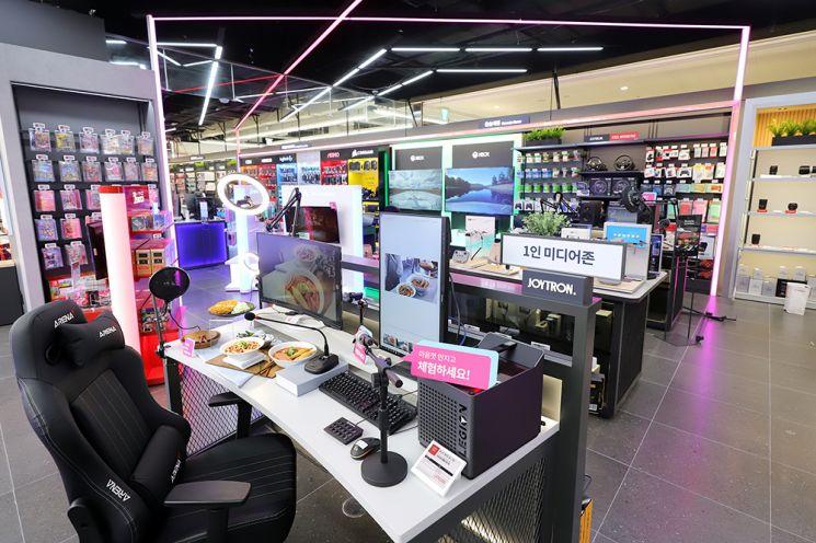 롯데하이마트 메가스토어 김포공항점 매장 입구에 위치한 디지털 체험존에서는 1인미디어 기기, 콘솔게임, 게이밍PC 등 다양한 IT가전을 체험해 볼 수 있다(사진제공=롯데하이마트).