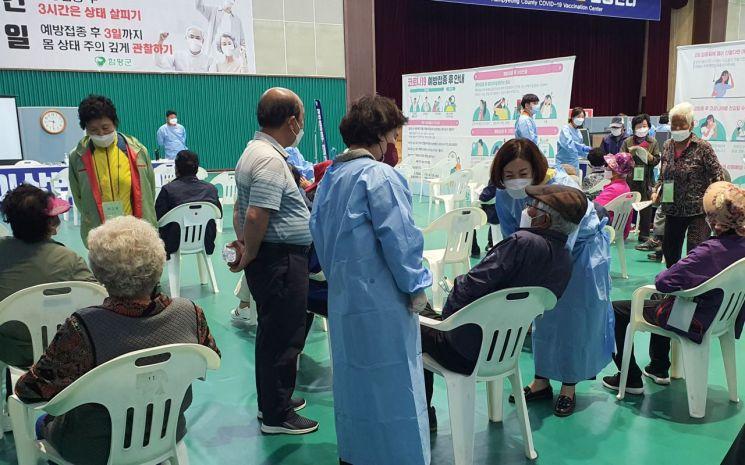 함평군 예방접종 통합자원봉사지원단 자원봉사자들이 예방접종센터에서 봉사활동을 실시하고 있다.    사진자료=함평군 제공