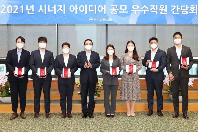 손태승 회장(왼쪽 네번째)은 지난 18일 우리금융그룹 본사에서 '시너지 아이디어 공모전' 시상식에 참석해 우수제안에 최종 선정된 직원들과 기념촬영을 하고 있다.