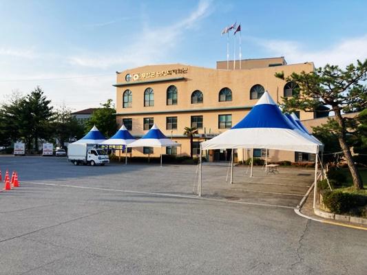 무안군이 무안경찰서와 합동으로 승달문화예술회관 광장에 인력시장을 설치해 운영하고 있다. (사진=무안군 제공)