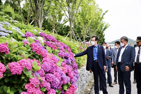 (좌측)박우량 군수가 도초 환상의 정원 명품 10리길을 둘러보고 있다. (사진=신안군 제공)