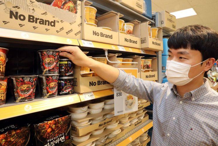 이마트 노브랜드는 다음달 14일까지 '대박라면 고스트페퍼 스파이시 치킨 컵라면'을 신세계포인트 적립 시 23% 할인가에 판매한다.