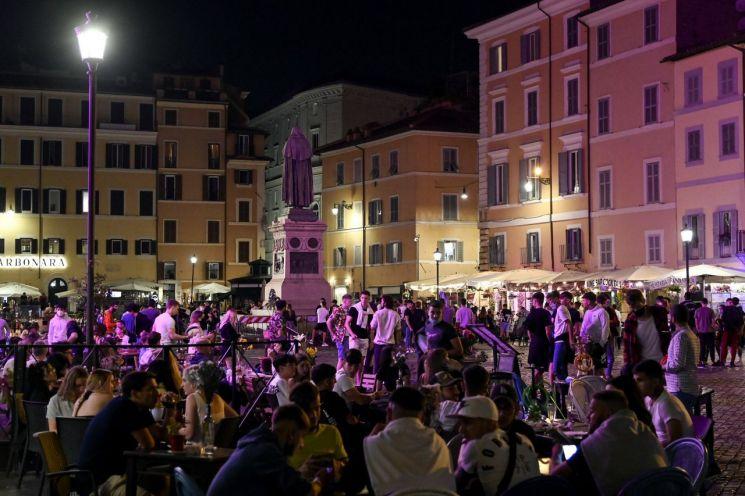 코로나19 확산 방지를 위한 야간통행금지가 완화된 7일(현지시간) 이탈리아 수도 로마 거리가 밤늦도록 인파로 붐비고 있다. (사진제공=EPA연합뉴스)