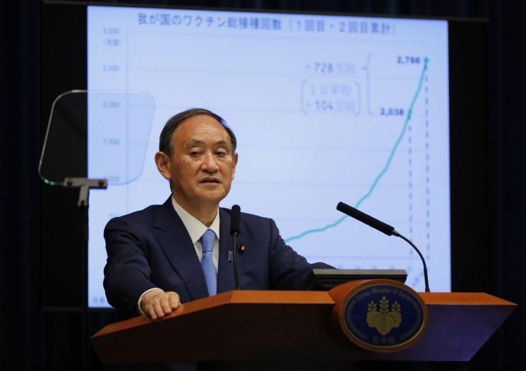 스가 요시히데 일본 총리가 17일 도쿄 총리 관저에서 코로나19 대책에 관한 기자회견을 하고 있다. (사진제공=연합뉴스)