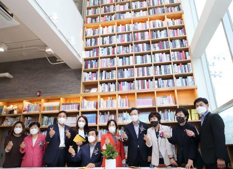 [포토]채현일 영등포구청장 리모델링 마친 대림도서관 시설 라운딩