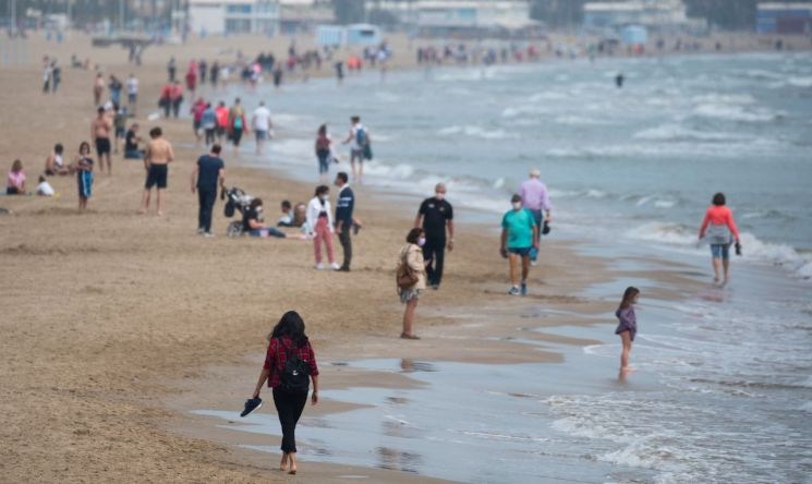 스페인 정부가 발동한 국가경계령이 해제된 9일(현지시간) 시민들이 발렌시아 해변을 걷고 있다. (사진제공=연합뉴스)