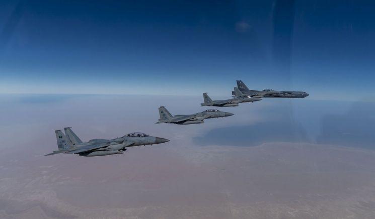 중동 상공을 날고 있는 미 공군 B-52 전략폭격기(오른쪽)와 이를 엄호하는 사우디아라비아 공군 F-15s 전투기 편대 [이미지출처=연합뉴스]