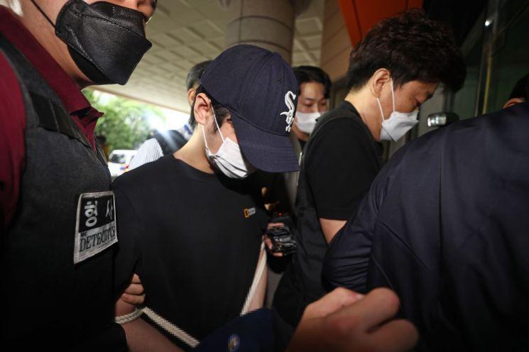 마포구의 한 오피스텔에서 친구 A씨를 감금해 살인한 혐의를 받는 C씨가 15일 오전 서울 마포구 서울서부지법에서 열린 구속 전 피의자 심문(영장실질심사)에 출석하고 있다.     A씨는 지난 14일 서울 마포구 연남동의 한 오피스텔에서 나체로 숨진 채 발견됐다. 경찰 등에 따르면 A씨는 영양실조에 저체중 상태였으며 몸에는 폭행당한 흔적이 있는 것으로 확인됐다. [이미지출처=연합뉴스]