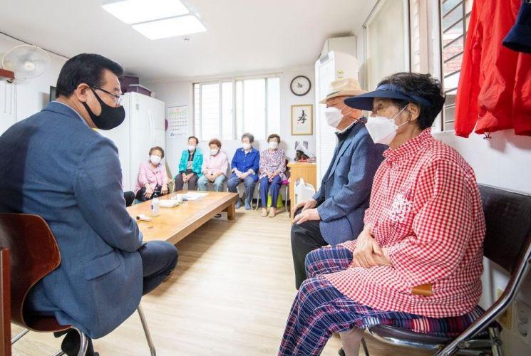 [포토]성장현 용산구청장 보광제2경로당 찾아...경로당 88곳 운영 재개