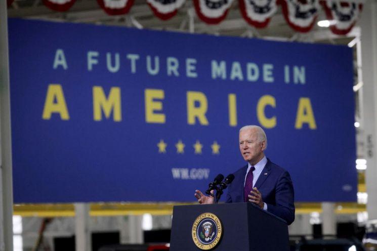 지난달 미국 미시간주 디어본에 있는 포드 공장을 찾은 조 바이든 미국 대통령<이미지출처:연합뉴스>