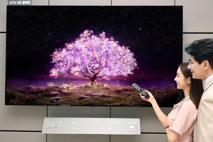 모델들이 LG 83형 올레드 TV(모델명: 83C1)를 소개하고 있다./사진제공=LG전자