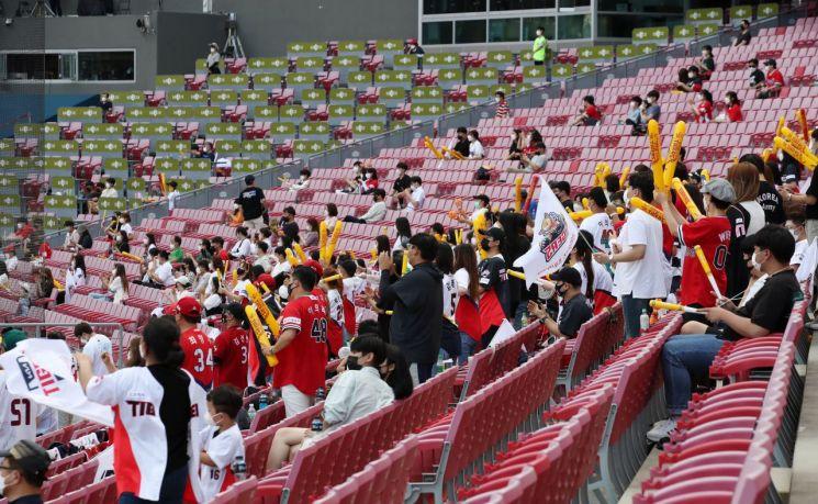 16일 광주-기아챔피언스필드에서 관중들이 KBO 프로야구 SSG 랜더스와 KIA 타이거즈의 경기를 지켜보며 응원하고 있다. [이미지출처=연합뉴스]