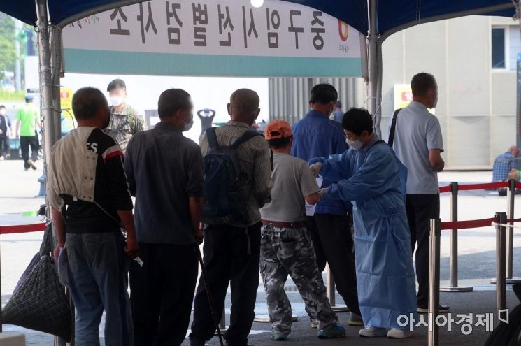 코로나19 신규 확진자가 429명으로 이틀째 400명대를 유지한 20일 서울역 광장에 마련된 임시 선별검사소에서 의료진이 시민들의 검사를 안내하고 있다./김현민 기자 kimhyun81@