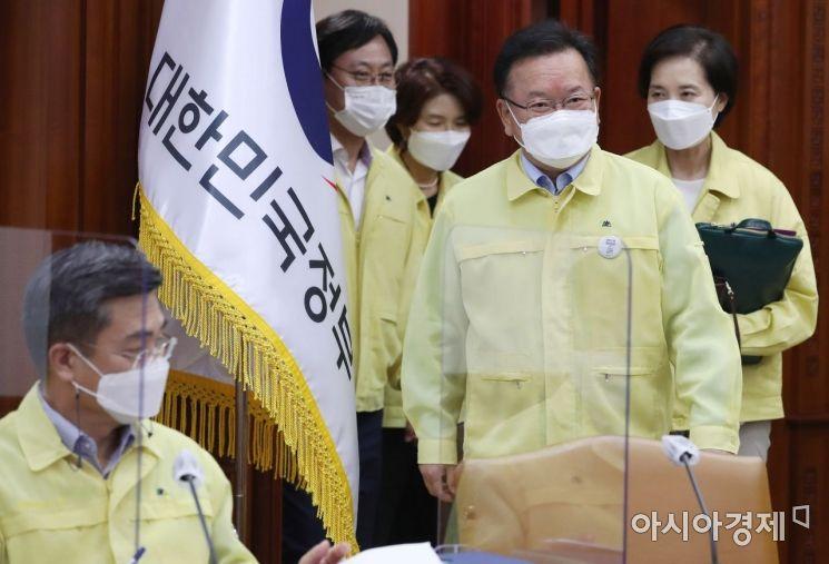 [포토] 코로나19 대응 중대본회의 참석하는 김부겸 총리