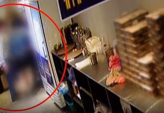 """주방 들어가 종업원 더듬은 못된 손…""""CCTV에 딱 걸렸다"""""""