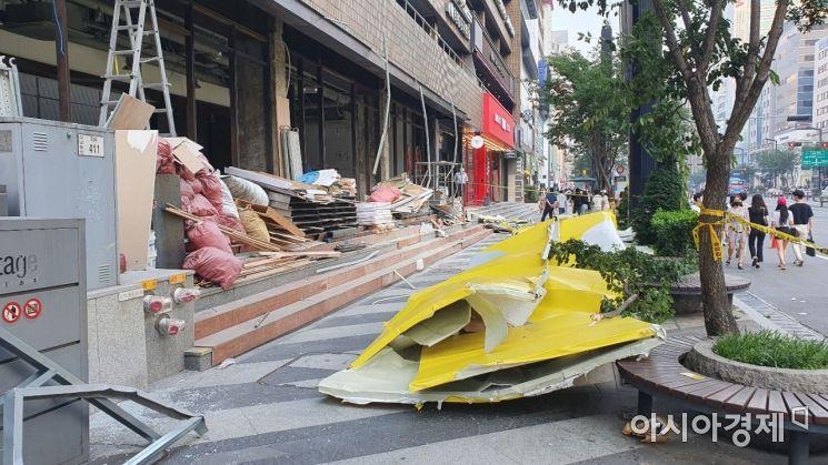 서울 강남대로변서 공사장 펜스 인도 덮쳐…2명 경상