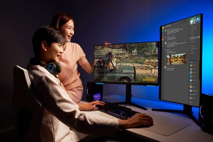 삼성전자 모델이 서울 시내 한 스튜디오에서 삼성전자의 신제품 게이밍 모니터 오디세이 G70A와 G50A로 게임을 시연하고 있다./사진제공=삼성전자