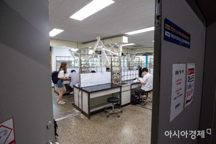 오는 7월부터 적용될 사회적 거리두기 개편안이 발푝된 21일 서울 구로구 동양미래대학교에서 기말시험을 맞은 학생들이 시험준비를 하고 있다./강진형 기자aymsdream@