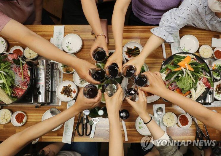 사적 모임이 8명까지 가능해진 지난 18일 광주 북구청 인근 식당에서 8명이 모여 음료수로 건배 하고 있다./사진=연합뉴스