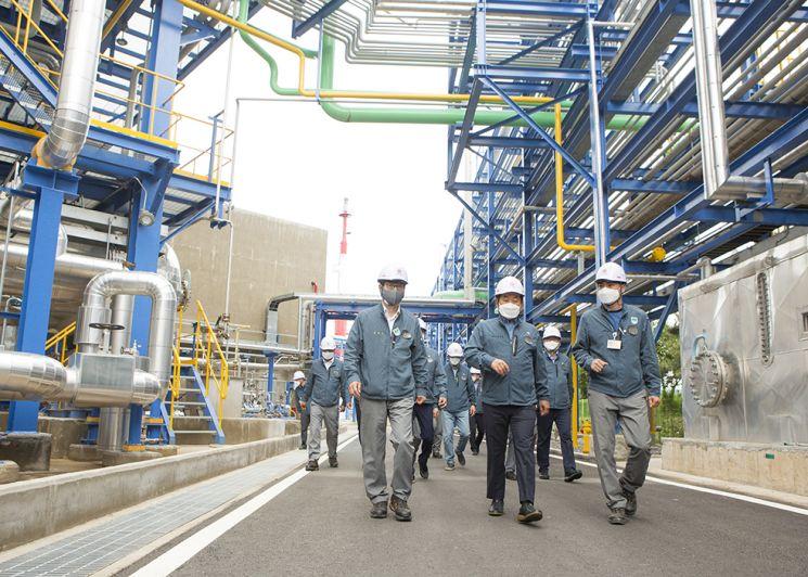 장희구 코오롱인더스트리 사장이 최근 증설한 첨단 석유수지 공장을 둘러보고 있다. 사진제공=코오롱인더스트리