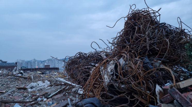 광명 재개발 구역 철거현장에 철근말이가 쌓여있다.
