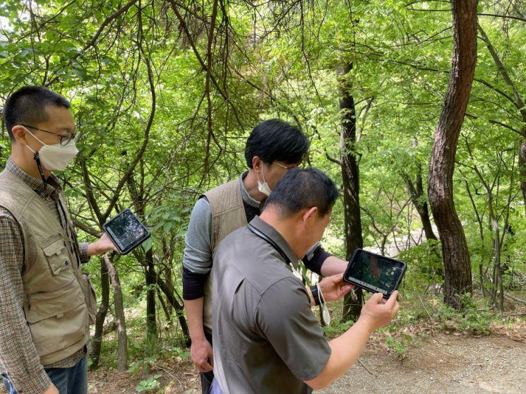 산림특별사법경찰이 전자도면을 이용해 산림 내 무단훼손 여부를 확인하고 있다. 산림청 제공