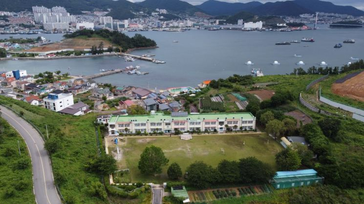 전남정보문화산업진흥원이 실시하고 있는 '찾아가는 SW.AI 코딩 교실'이 지난 11일 여수시 소재 섬학교인 경호초에서 진행됐다.