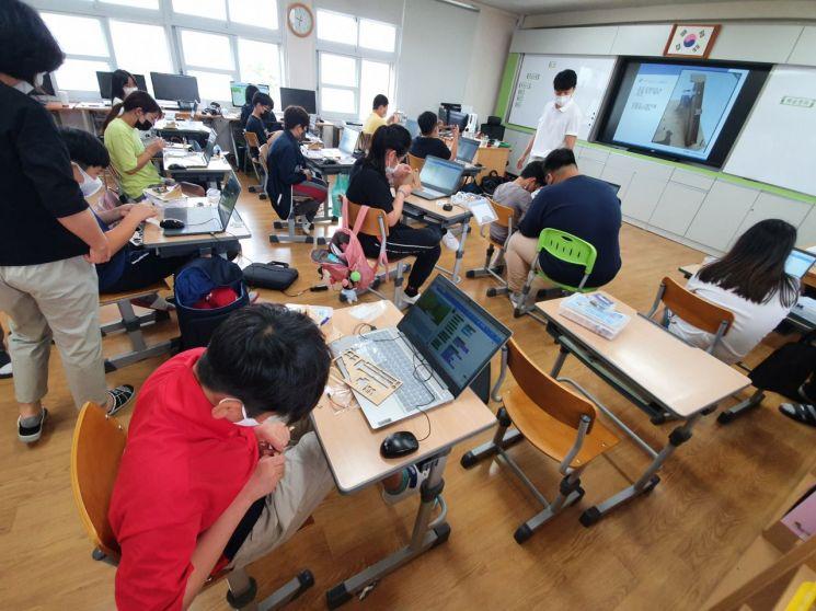 지난 11일 여수시 소재 섬학교인 경호초에서 진행된 '찾아가는 SW.AI 코딩 교실'이 전문강사의 SW교육이 진행된 가운데 학생들이 교구를 조립하며 흥미에 빠져들고 있다.