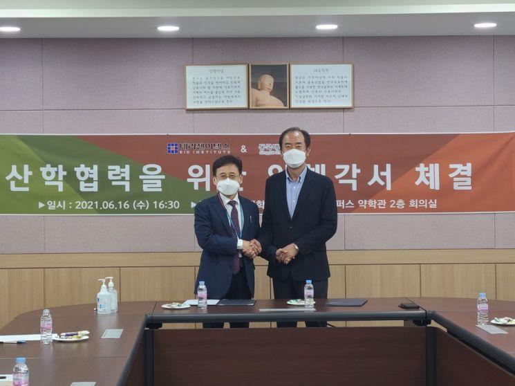 류병환 테라젠이텍스 대표(오른쪽)와 김상건 동국대 약대학장장이 지난 16일 동국대학교에서 산학 협력을 위한 양해각서를 체결하고 기념촬영을 하고 있다.(사진제공=테라젠이텍스)