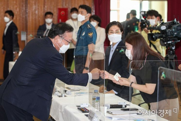 [포토]참석자와 인사하는 김부겸 국무총리