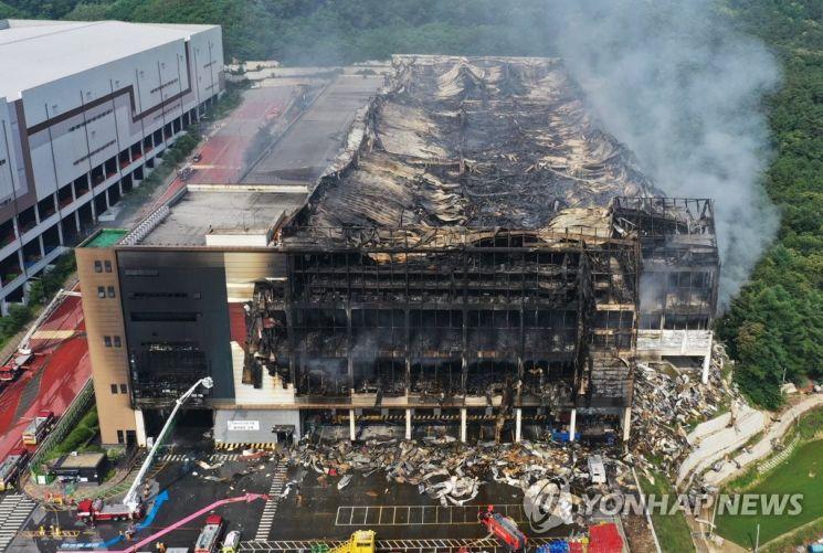 지난 17일 화재가 발생한 경기도 이천시 마장면 쿠팡 덕평물류센터가 지난 19일 뼈대를 드러낸 모습. / 사진=연합뉴스