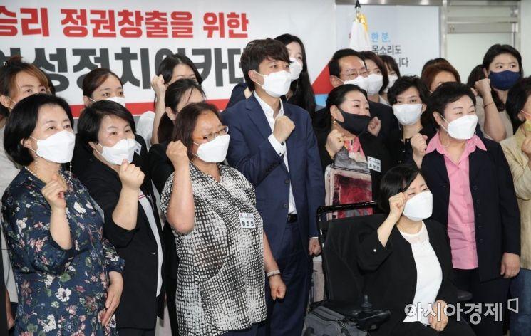 이준석 국민의힘 대표가 21일 서울 여의도 중앙당사에서 열린 제4기 여성정치아카데미 입학식에 참석, 참석자들과 기념사진을 찍고 있다./윤동주 기자 doso7@