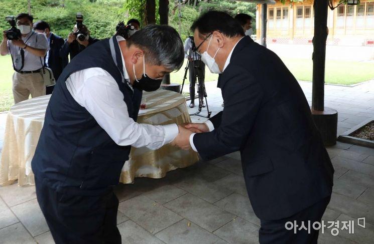 [포토]인사하는 김부겸 총리-김동명 한국노총 위원장