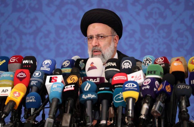 이란의 강경보수 인사인 세예드 에브라힘 라이시 대통령 당선인이 21일(현지시간) 수도 테헤란에서 대선 승리 후 첫 기자회견을 하고 있다. 라이시 당선인은 미국에 대이란 제재를 풀고 '이란 핵합의'(JCPOA·포괄적 공동행동계획)에 복귀할 것을 촉구했다. [이미지출처=연합뉴스]