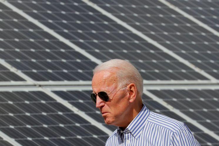 조 바이든 미국 대통령이 후보 시절인 지난해 태양광 발전 시설을 둘러보고 있다. [이미지출처=로이터연합뉴스]