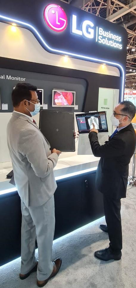 LG전자 직원이 이달 21일부터 24일까지 두바이에서 열리는 중동 최대 의료기기 전시회 아랍 헬스에서 디지털 엑스레이 검출기를 소개하고 있다.(사진제공=LG전자)