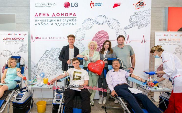노영남 LG전자 러시아법인장(앞줄 오른쪽 두 번째)이 헌혈행사에 동참하고 있다.[사진제공=LG전자]