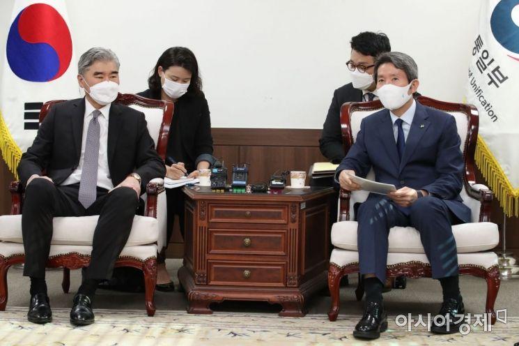 [포토] 대화하는 이인영 장관과 성 김 대북특별대표