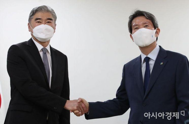 [포토] 악수하는 이인영 장관과 성 김 대북특별대표